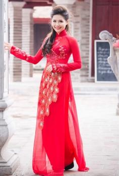 Lộng lẫy và nổi bật với áo dài cưới đỏ thêu hình công