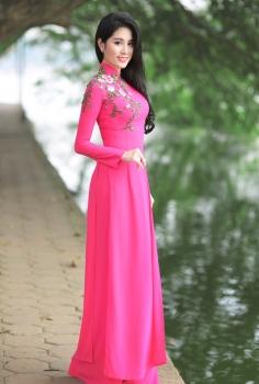 Áo dài hồng thêu hoa lá mùa xuân tinh tế