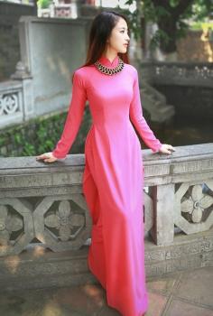 Đơn giản và nổi bật với áo dài dạo phố hồng trơn