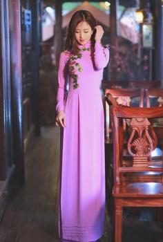 Áo dài dạo phố màu tím thêu hoa hồng duyên dáng