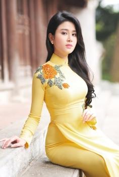 Áo dài dạo phố màu vàng thêu hoa giản dị