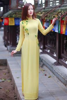 Tươi trẻ với áo dài dạo phố màu vàng thu