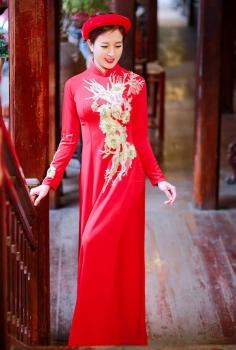 Sang trọng với áo dài đỏ thêu hoa vàng kim