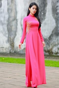Áo dài dự tiệc màu hồng đính kết cườm đá tinh tế