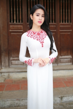 Nhẹ nhàng với áo dài dự tiệc trắng đính pha lê đỏ