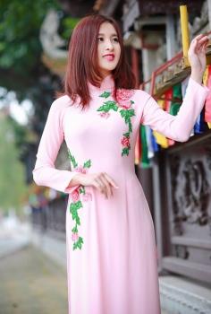 Áo dài gam hồng pastel thêu hoa nhẹ nhàng lôi cuốn