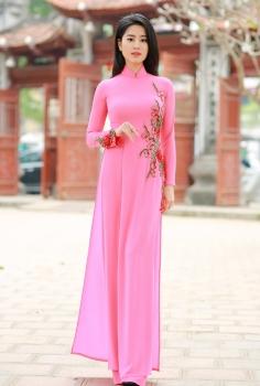 Áo dài màu hồng nhạt thêu hoa đỏ cách điệu