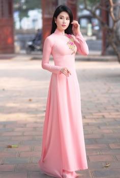 Áo dài màu hồng phấn nhẹ nhàng thanh cao