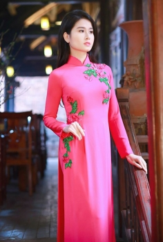 Áo dài dạo phố màu hồng thêu hoa nổi bật