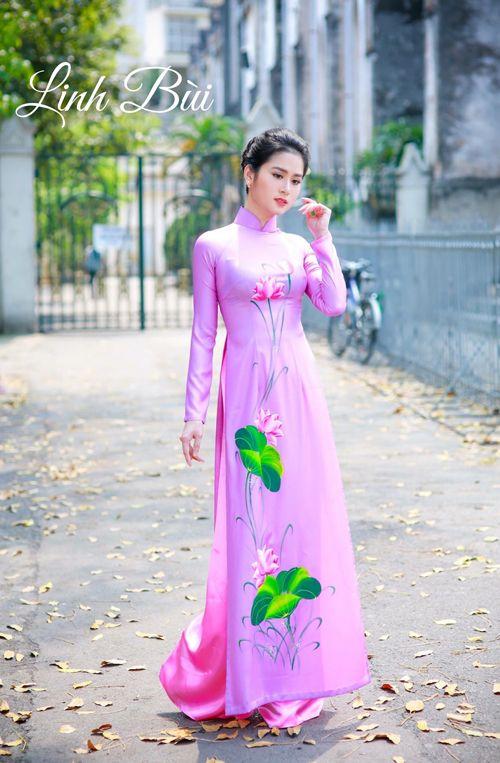 Vẻ đẹp mỏng manh được toát ra từ chiếc áo dài