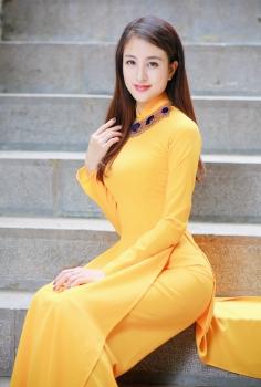 Áo dài trơn màu vàng nghệ đơn giản nổi bật