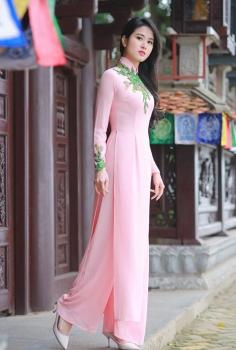Áo dài thêu hoa lá xanh màu hồng phớt nữ tính