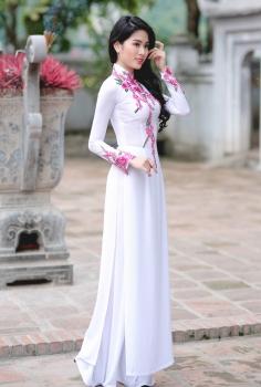 Áo dài trắng thêu hoa hồng nhỏ nổi bật