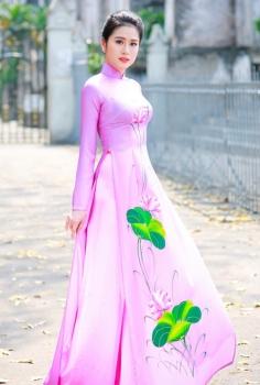Mộng mơ trong tà áo dài tím vẽ hoa sen
