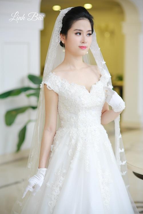 Chiếc khăn voan kết ren trùm đầu cho cô dâu thêm nổi bật