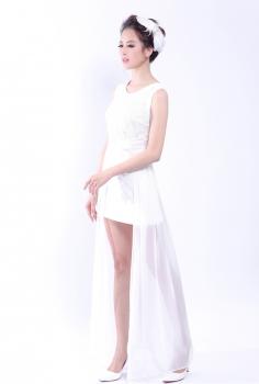 Đầm dạ hội trắng in hoa chìm phủ voan vạt dài