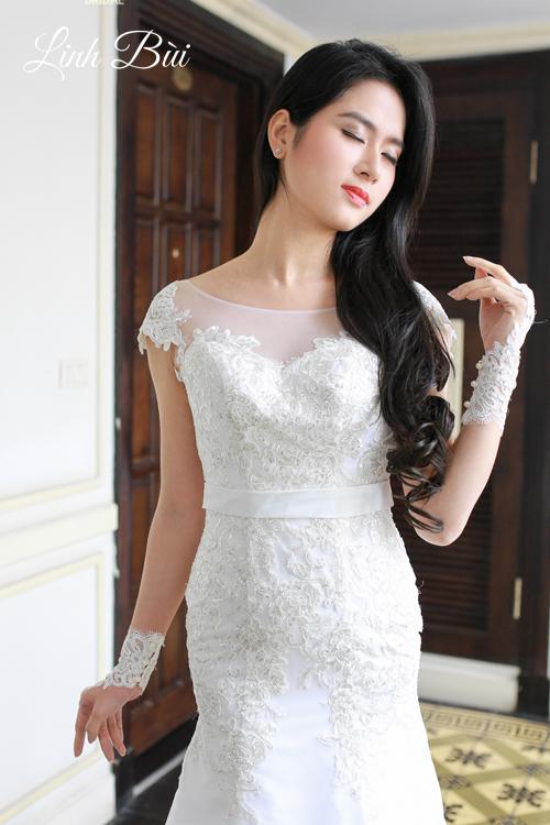 Váy cưới đắp ren đính pha lê cho cô dâu tỏa sáng