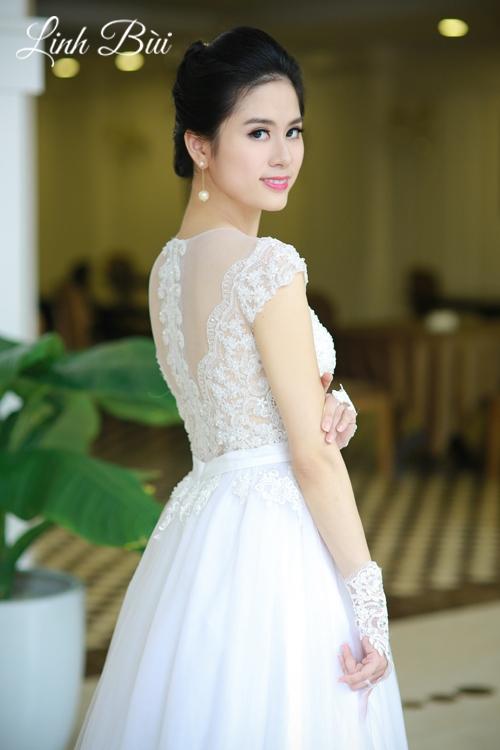 Váy cưới với họa tiết ren sang trọng sau lưng