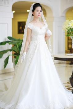 Váy cưới hoàng gia dáng xòe kết ren và pha lê nhẹ nhàng
