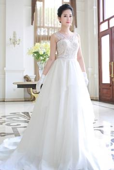 Váy cưới hoàng gia dáng xòe phối ren lưng gợi cảm