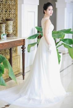 Váy cưới hoàng gia đẹp kết ren hoa lưng ấn tượng