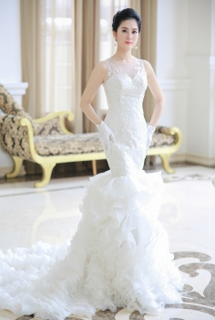 Váy cưới hoàng gia đuôi cá ôm sát xếp ly bồng bềnh