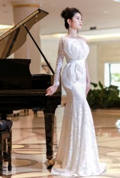 Váy cưới hoàng gia lệch vai kết đóa hoa lộng lẫy sang trọng