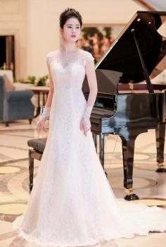 Váy cưới hoàng gia ngắn tay ren hoa hiện đại