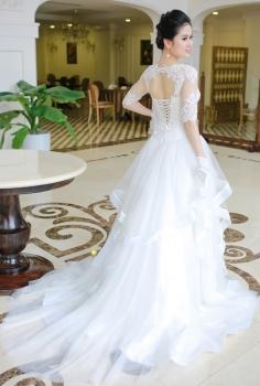 Váy cưới hoàng gia tay lỡ kết ren tinh sảo