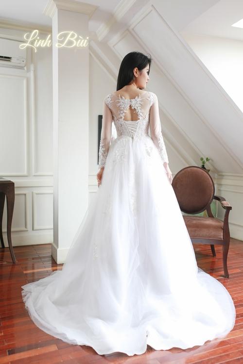 Lưng áo được thiết kế độc đáo phối hợp với dáng váy suông