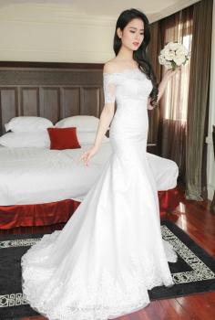 Váy cưới vai ngang tay lỡ đắp ren dáng đuôi cá kiêu sa