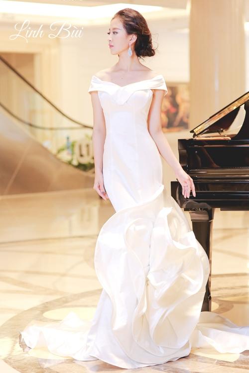 Chân váy được thiết kế độc đáo với đóa hoa đầy nghệ thuật