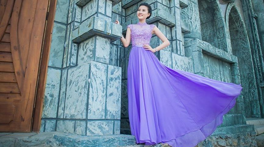 Top 5 HHVN Thanh Tú khoe chân dài sexy với váy dạ hội Queen Style