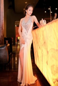 Đầm dạ hội cổ yếm kết pha lê xẻ tà quyến rũ