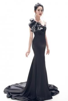 Đầm dạ hội đen thắt nơ nghệ thuật