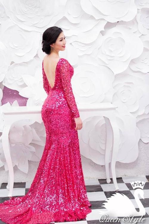 Đầm dạ hội dài tay với phần lưng được khoét sâu táo bạo