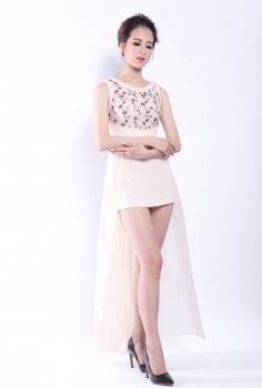 Đầm dạ hội màu nude tà dài họa tiết kim sa nổi bật