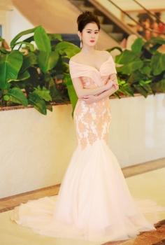 Đầm dạ hội màu nude trễ vai