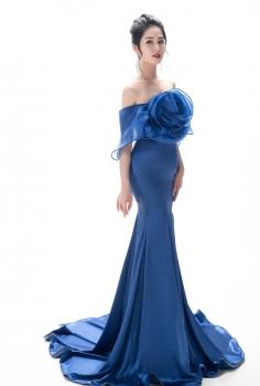Đầm dạ hội màu xanh kết hoa nổi ấn tượng