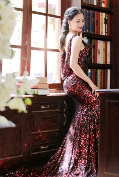 Đầm dạ hội sequin đỏ đổ lưng