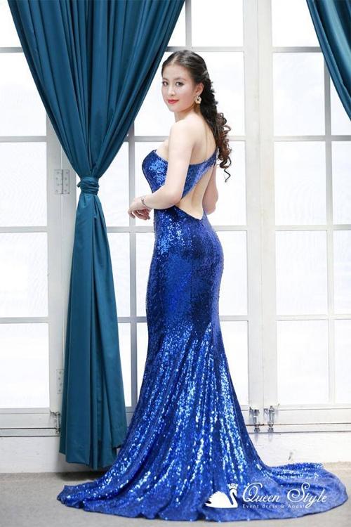 Đầm dạ hội màu xanh coban với chất vải sequin sáng lấp lánh và nổi bật vô cùng