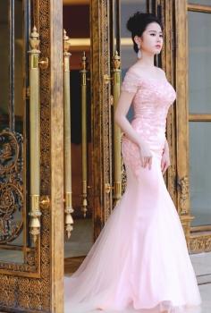 Đầm dạ hội trễ vai màu hồng pastel đính kim sa tuyệt đẹp