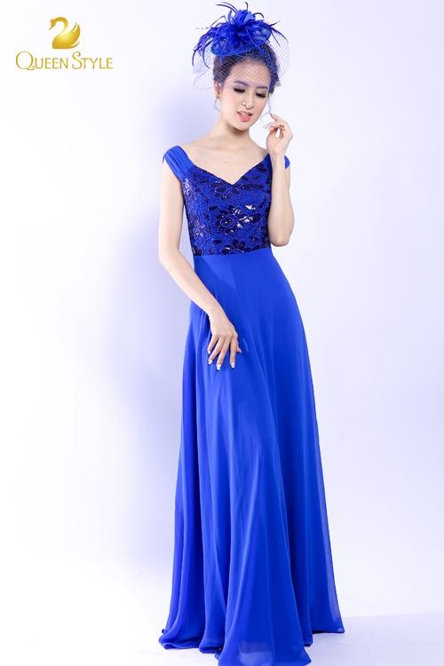Đầm dạ hội màu xanh coban không quá nổi bật nhưng vẫn tạo được sức hút vô cùng