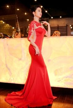 Đầm dạ hội đỏ đắp ren tay tinh tế