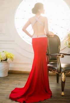 Đầm dạ hội đỏ khoét lưng cuốn hút