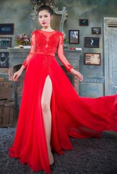 Đầm dạ hội đỏ xẻ chân gợi cảm