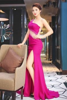 Đầm dạ hội hồng xẻ chân lệch vai gợi cảm