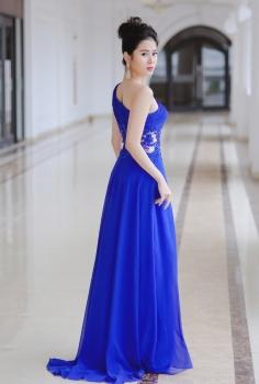 Đầm dạ hội xanh coban lệch vai đính hoa độc đáo