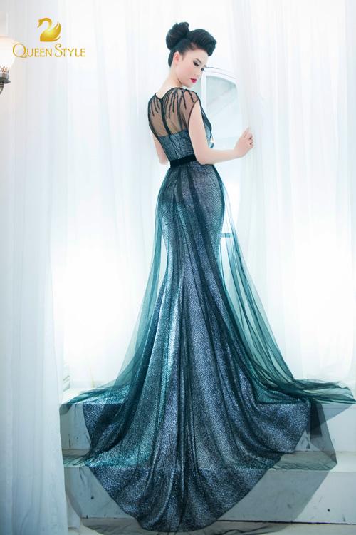 Đầm dạ hội màu xanh khói lạ mắt và cuốn hút