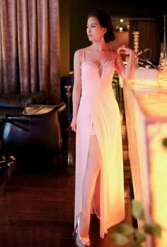 Đầm trắng xẻ ngực quyến rũ